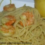 Spaghettis aux crevettes sauce coco safrané et zestes de citron.