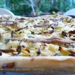 Pizza blanche aux oignons, à la sauge et aux anchois.