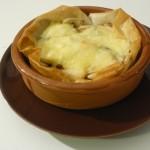 Le Morbier en croustillant , pommes et confit d'oignons