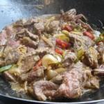 Wok , Boeuf, oignons, poivrons et pommes de terre