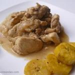 Colombo de poulet et bananes plantain sautées