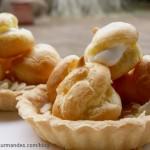 Tartelettes aux petits choux et mousses de fruits citron et mangue.