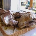 Canapé de filets de caille poêlés sur confit d'oignon à l'apéritif de truffe.