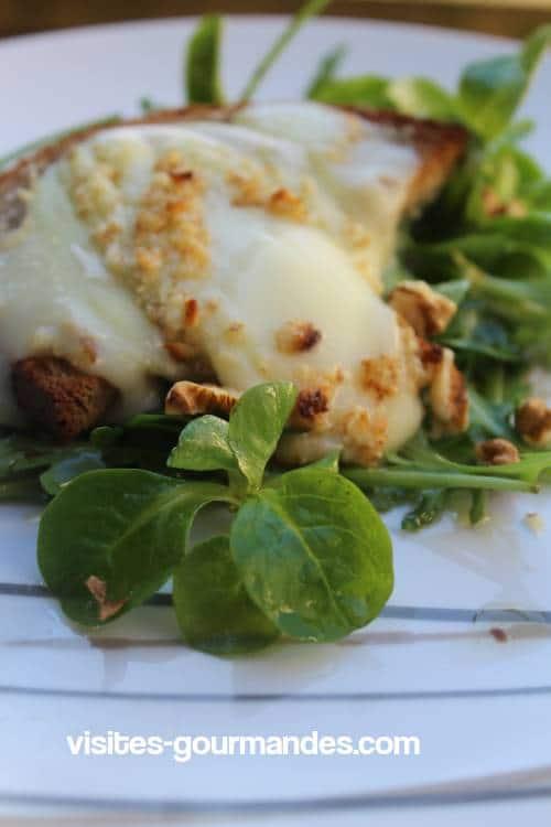 Au bistrot Salade de chèvre chaud et noix